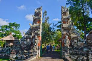 ヒンドゥー教のタマン・アユン寺院の割れ門の写真素材 [FYI01561919]
