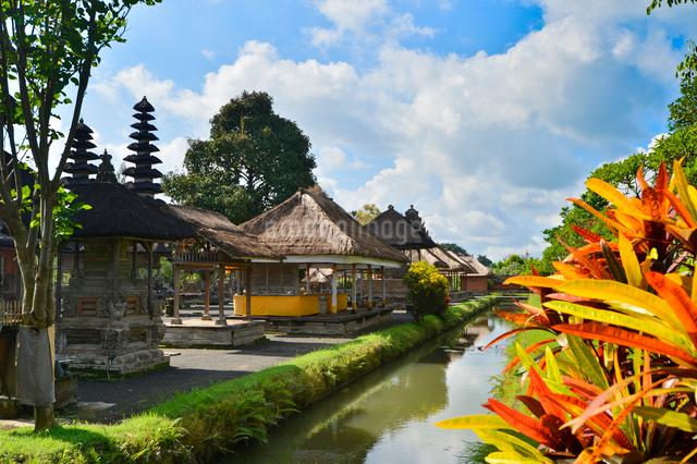 堀やメル(多重石塔)があるヒンドゥー教のタマン・アユン寺院の写真素材 [FYI01561952]