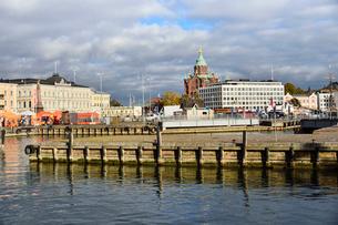 ウスペンスキー寺院やマーケットが見える港風辺の写真素材 [FYI01561965]