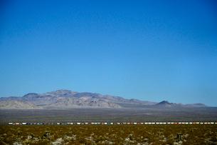 長い貨物列車が走る山並みの写真素材 [FYI01562006]