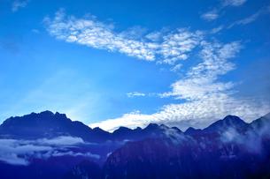 朝もやに包まれるマチュピチュ遺跡周辺の写真素材 [FYI01562013]
