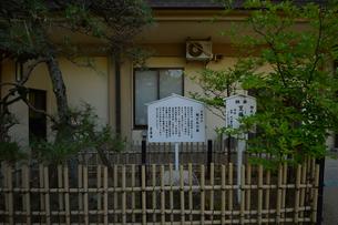 葛飾八幡神社境内にある源頼朝公駒どめの石の写真素材 [FYI01562045]