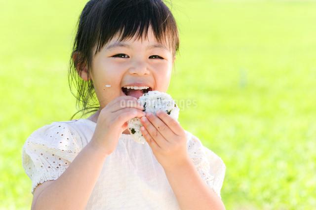 おにぎりを食べる女の子の写真素材 [FYI01562086]