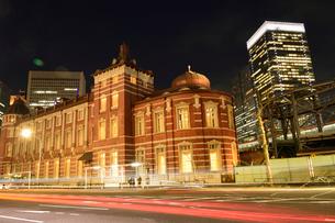 東京駅とビルの写真素材 [FYI01562113]
