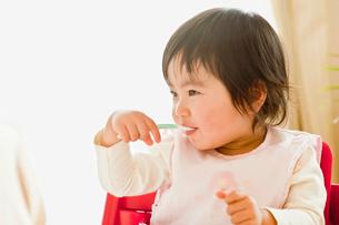 食事をする子供の写真素材 [FYI01562160]