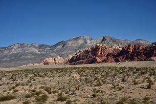 地層と色々な色の岩山が並ぶ景観の写真素材 [FYI01562218]