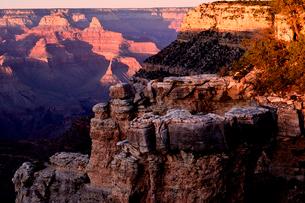夕日に染まるグランドキャニオンの写真素材 [FYI01562219]