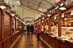 オールドマーケット内部に並ぶ店舗の写真素材 [FYI01562227]