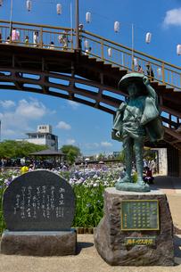 潮来あやめ祭り会場にある「潮来の伊太郎像」と歌碑の写真素材 [FYI01562266]