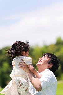 女の子を抱き上げる父親の写真素材 [FYI01562298]