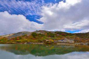 八方池周辺の紅葉と雲の写真素材 [FYI01562303]