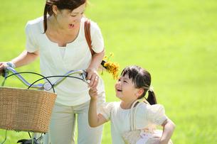 自転車を押す母親と女の子の写真素材 [FYI01562357]