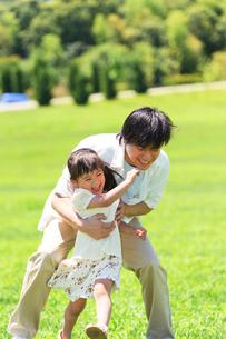 女の子を抱きしめる父親の写真素材 [FYI01562397]