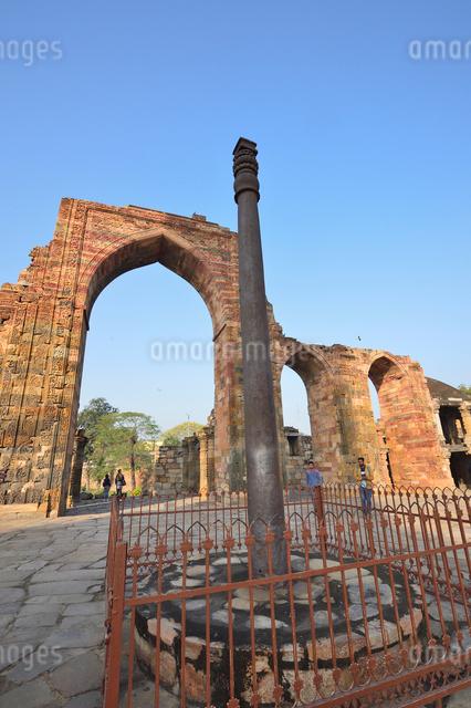インドで一番高い塔があるクトゥブ・ミナールと複合建築群の写真素材 [FYI01562433]