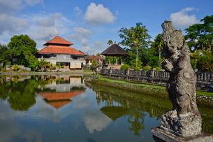 堀やメル(多重石塔)があるヒンドゥー教のタマン・アユン寺院の写真素材 [FYI01562470]