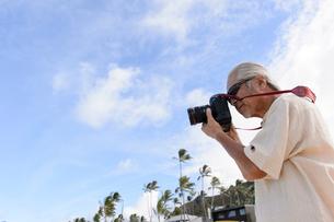 一眼レフカメラを持つシニア男性の写真素材 [FYI01562497]