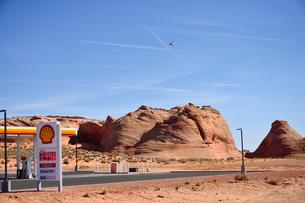 砂漠の中にあるガソリンスタンドの写真素材 [FYI01562534]