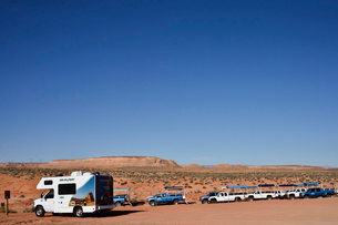 アンテロープ・キャニオンの観光客を乗せるジープの写真素材 [FYI01562599]