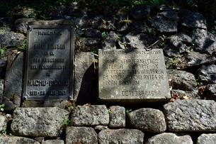 マチュピチュ遺跡に関する説明の金属板と石板の写真素材 [FYI01562615]