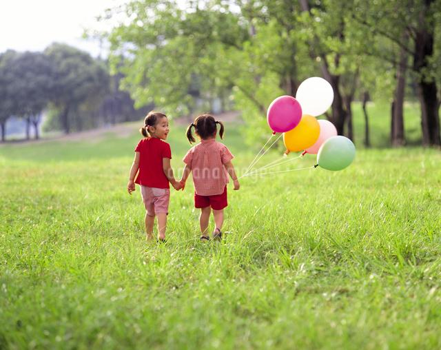 風船と子供の写真素材 [FYI01562619]