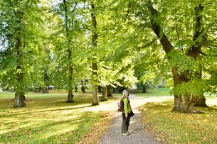 スオメンリンナ島の緑地を歩く観光客の写真素材 [FYI01562631]
