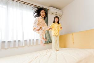 ベットで飛び跳ねる子供たちの写真素材 [FYI01562634]
