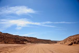 アンテロープ・キャニオンの観光客を乗せたジープが走る道の写真素材 [FYI01562670]