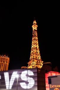 ラスベガスのエッフェル塔とネオンサインが輝く景観の写真素材 [FYI01562671]