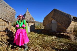ウロス島で暮すウル族の衣装を着た観光客女性の写真素材 [FYI01562808]
