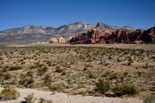 地層と色々な色の岩山が並ぶ景観の写真素材 [FYI01562851]