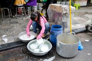 旧市街 皿を洗うの写真素材 [FYI01562861]