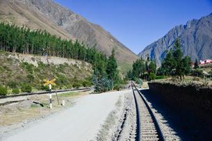 山並みと線路の写真素材 [FYI01562890]