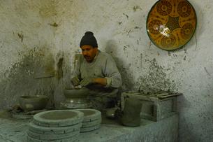 フェズ郊外街陶器店製作実演の写真素材 [FYI01562900]