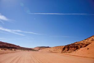 アンテロープ・キャニオンの観光客を乗せるジープが走る道の写真素材 [FYI01562928]