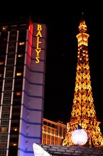 ラスベガスのエッフェル塔とネオンサインが輝く景観の写真素材 [FYI01562954]