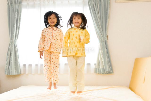 ベットで飛び跳ねる子供たちの写真素材 [FYI01562997]