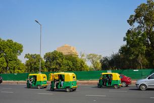 インド門付近を走る三輪タクシーのオートリクシャーの写真素材 [FYI01563006]