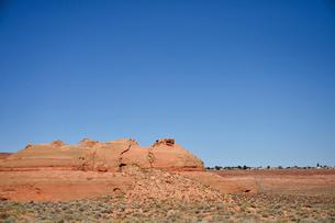 砂漠の中にある地層が見える岩山の写真素材 [FYI01563037]