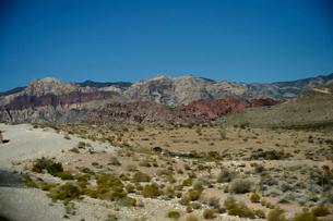 地層と色々な色の岩山が並ぶ景観の写真素材 [FYI01563073]