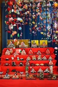 まつだ桜まつりに展示された雛壇と吊りし飾りの写真素材 [FYI01563081]