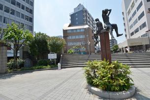 二人少女の座像がある船橋市民文化ホール・船橋中央公民館の写真素材 [FYI01563091]