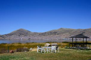 チチカカ湖岸ホテルのテーブルとあずまやの写真素材 [FYI01563176]