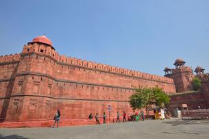 ムガル帝国の栄華を感じる城壁と建造物群レッド・フォートの写真素材 [FYI01563240]