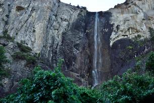 ヨセミテ国立公園にあるブライダル滝の写真素材 [FYI01563254]