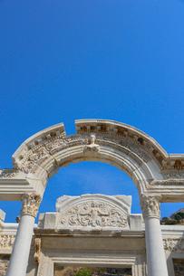エフェソス遺跡群 ハドリアヌス神殿の写真素材 [FYI01563406]