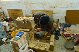フェズ郊外街陶器店製作実演の写真素材 [FYI01563500]