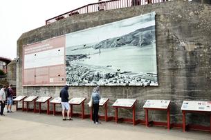 ゴールデンゲートブリッジ前にある説明版の写真素材 [FYI01563629]