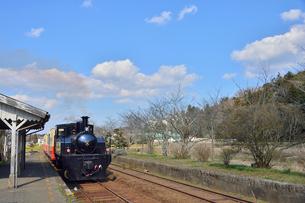 小湊鉄道高滝駅を走る蒸気機関車の写真素材 [FYI01563676]