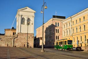 ヘルシンキ市内を走るトラムの写真素材 [FYI01563718]