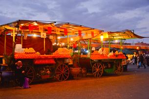 世界遺産マラケシュ旧市街ジャマ・エル・フナ広場の写真素材 [FYI01563729]